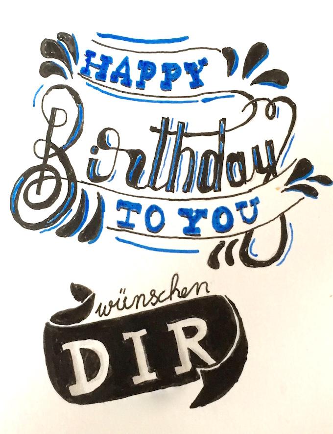 Eine selbst erstellte Geburtstagskarte mit Schwarzen und blauem Filzstift sowie Bleistift für die Schattierungen.
