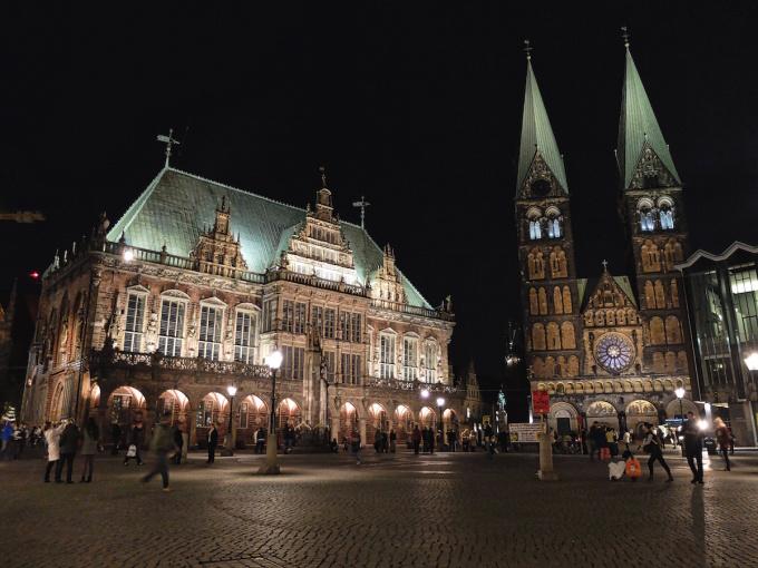 Rathaus, Roland und St. Petri Dom.